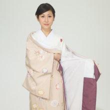 【3】 決めた巾をずらさないようにして、下前を左脇に入れ込み肘で押さえておきます。