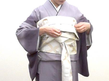 【2】 手先の長さを肩巾で決めて胸のカラーテープにあずけます。